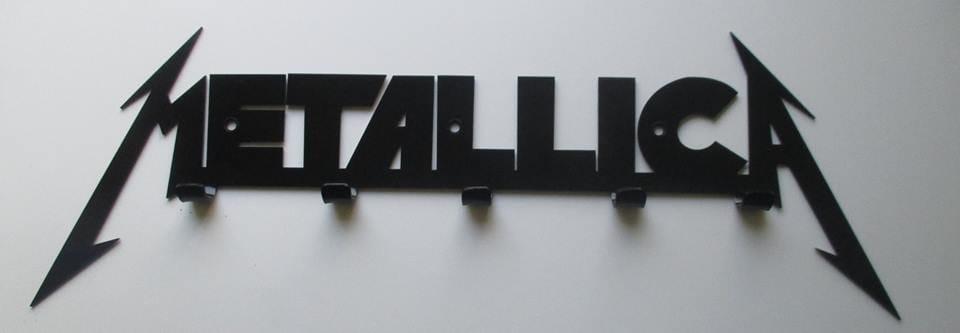 Wieszak z napisem Metallica
